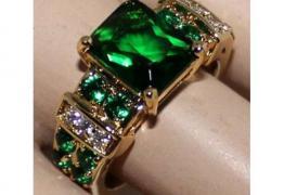 Златен пръстен с изумруди